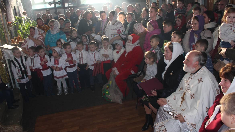 Bisericile din satul Costești au adunat cete de colindători la Slujba cu ocazia Crăciunului