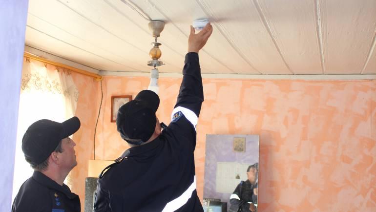 Detectoare de fum instalate pentru 60 de familii din satul Costești