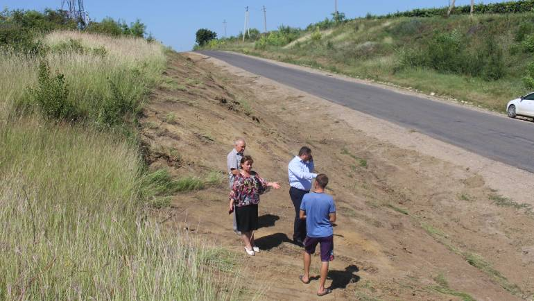 Lucrări de amenajare a acostamentelor la intrarea în satul Costești