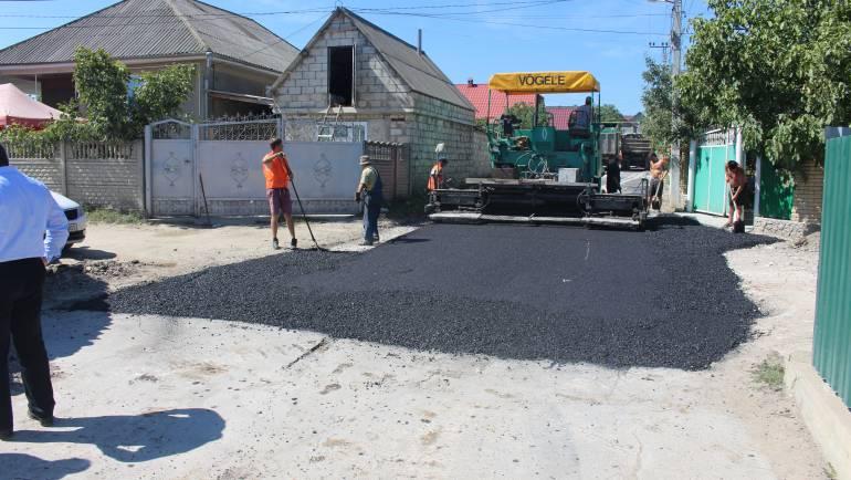 S-a început asfaltarea a 3 străzi din satul Costești