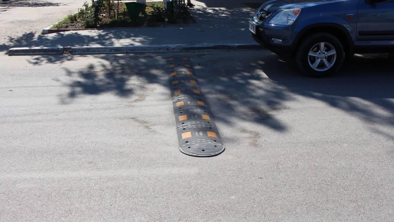 Denivelări artificiale instalate în 4 zone ale străzii centrale din satul Costești