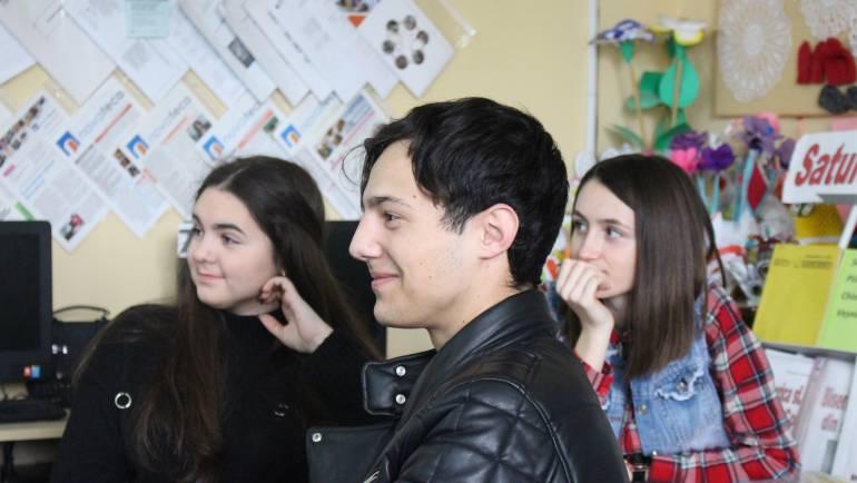 Tinerii din Costești au aflat mai multe despre relațiile de cooperare între NATO și Moldova