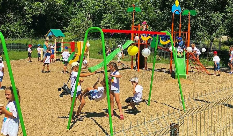 Achiziționarea de echipament pentru teren sportiv și de joacă pentru copii și tineri