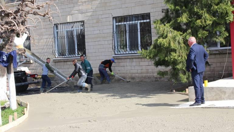 Lucrări de betonare a scuarului Casei de Cultură din Costești