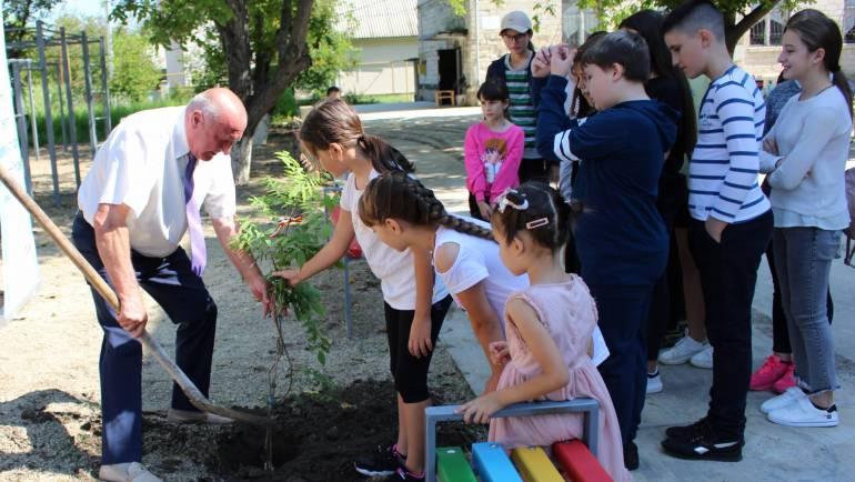 Recepționarea lucrărilor terenului de joacă din scuarul Casei de CUltură Costești