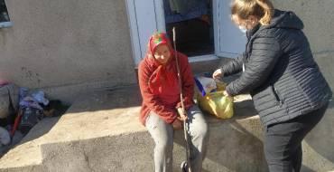 Ziua Internațională a Persoanelor în Etate întră cu bucurie în casele a 35 bătrâni din satul Costești